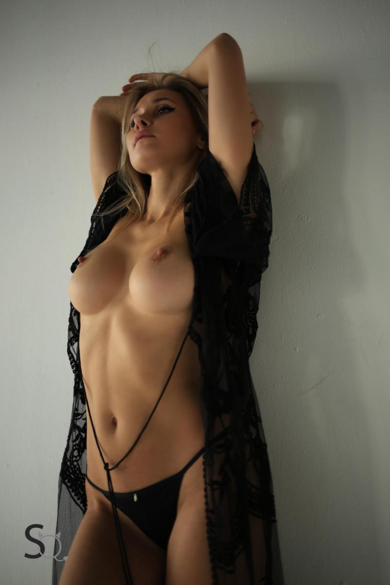 jennifer aniston gets naked